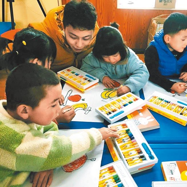 當地幼兒園的老師與學童。(作者提供)