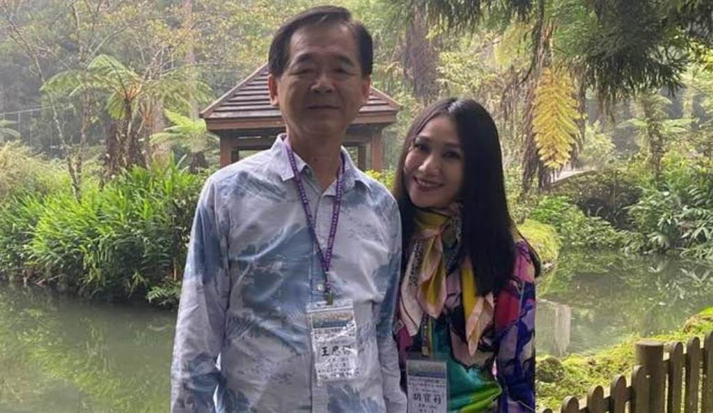 前國大代表王應傑走過喪妻之痛,與小24歲的名媛胡寶莉相戀半年。(圖/翻攝自王應傑臉書)