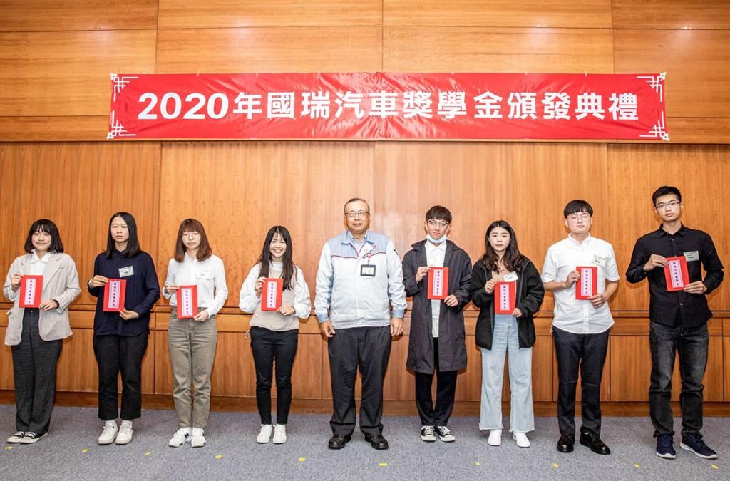 國瑞汽車總經理林永裕與大學組得獎同學合影