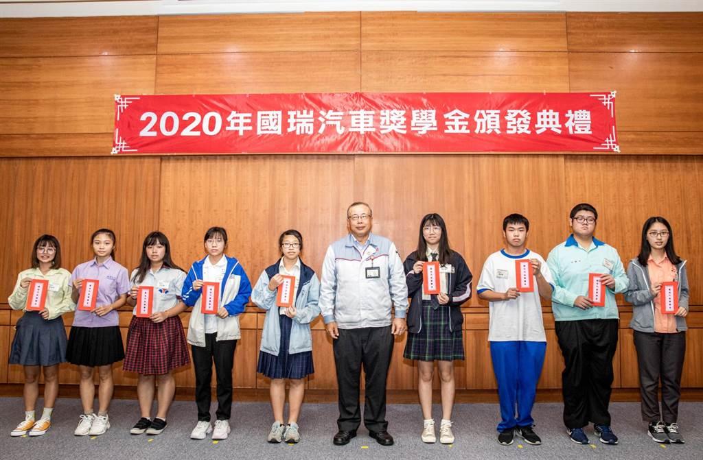 國瑞汽車總經理林永裕與高中組得獎同學合影