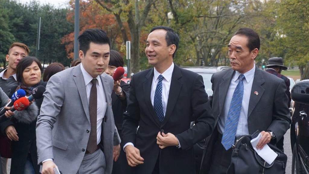 黃裕鈞(左)2015年11月陪參選總統的朱立倫赴美國拜會。(摘自黃裕鈞臉書)