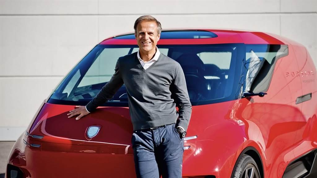 Porsche首席設計師Michael Mauer作為一個夏天出生的人,他長期以來對敞篷車著迷。他最喜歡的體育活動是爬山、滑雪或騎山地自行車。憑藉918 Spyder,他為品牌賦予了現代的新視覺方向。