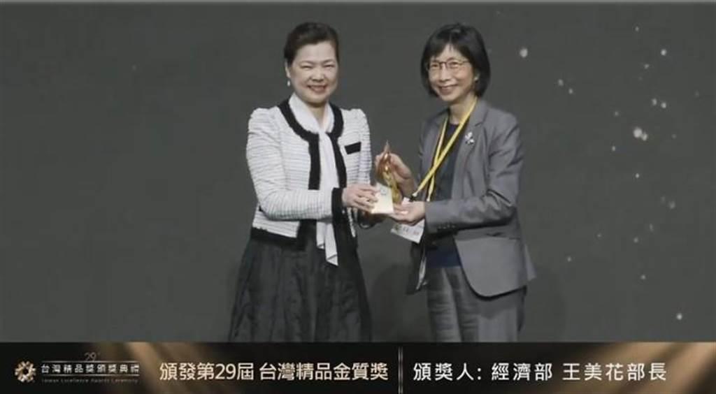 (東元董事長邱純枝(右)25日從經濟部長王美花(左)手中接下今年台灣精品獎金質獎。圖/東元提供)
