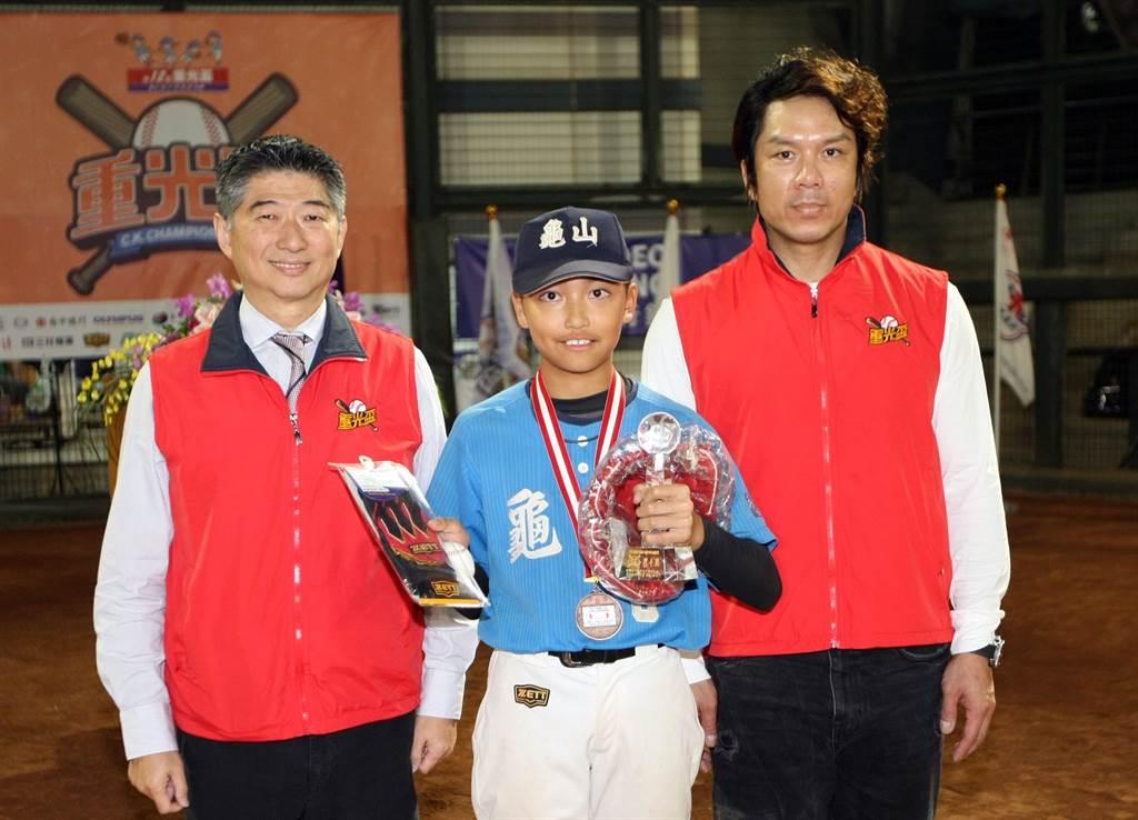 龜山國小柯竣恩(中)獲得大會投手獎。(台北市棒球協會提供/廖德修台北傳真)
