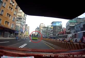 驚險瞬間 公車司機違規逆向不踩煞車 汽駕爆氣開譙4字