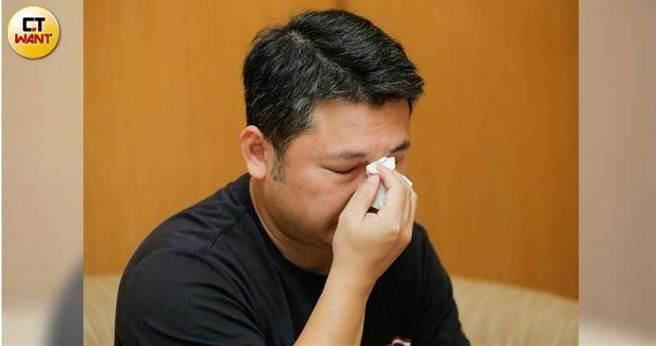 教友楊瀞涵的哥哥一想到妹妹遭「哈利路亞家教會」榨乾財產,最後甚至活活餓死就忍不住淚崩。(圖/黃耀徵攝)