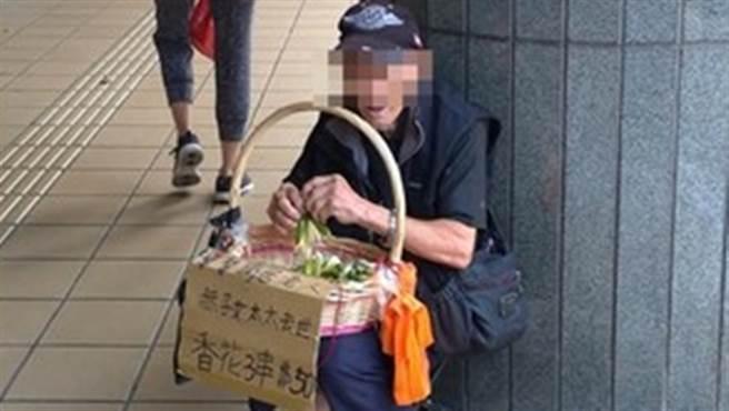 頂溪站外一名賣玉蘭花的老爺爺,聲稱自己獨居外,妻子又過世,引來不少路過民眾的憐憫。(圖/翻攝自我是永和人)