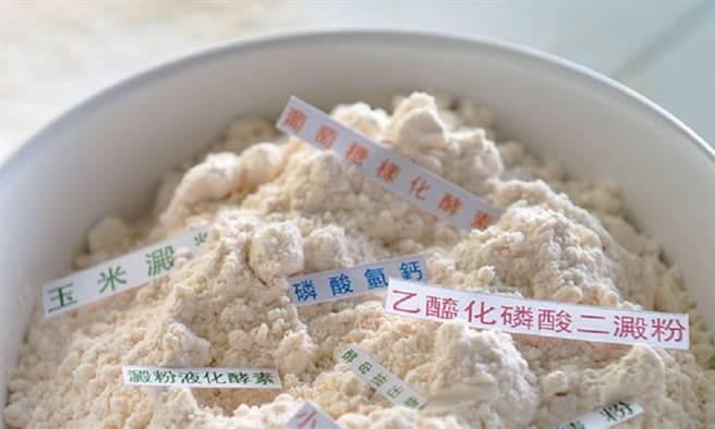 看似純潔無瑕的麵粉,其實有許多產品早在製程中就已添加品質改良劑、漂白劑等添加物。(圖/康健雜誌、陳德信攝)