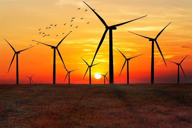 菲律賓和日本的風場都規畫成當地的休憩觀光景點,歐洲各國的風機設置區域也都有完善的綠美化,而在台灣的風機亦成為觀光及婚紗拍攝景點。(達志影像shutterstock)