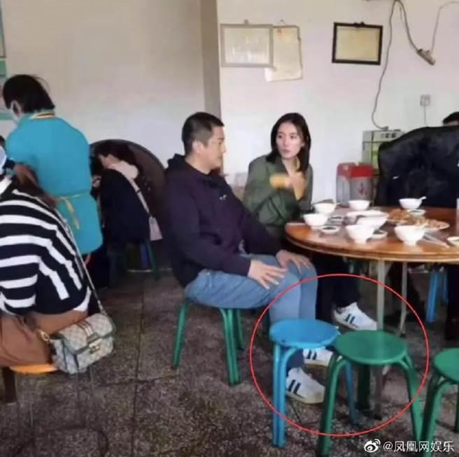 李亞鵬和海哈金喜穿情侶鞋。(圖/翻攝自鳳凰網娛樂微博)