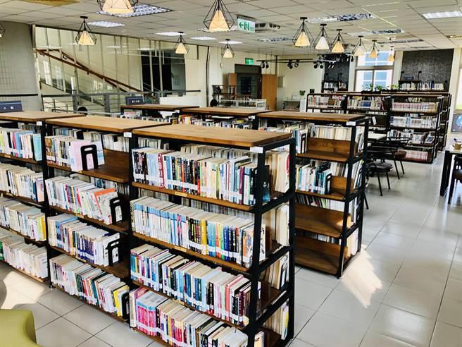 引發爭議的童書《等爸爸回家》,台中市立圖書館館藏有25本,已撤架審查。(台中市立圖書館官網截圖/陳淑芬台中傳真)