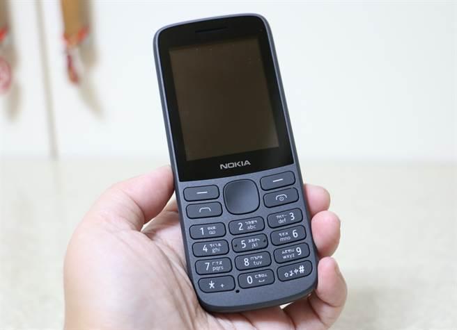 Nokia 215 4G採用2.4吋彩色萤幕。(黄慧雯摄)