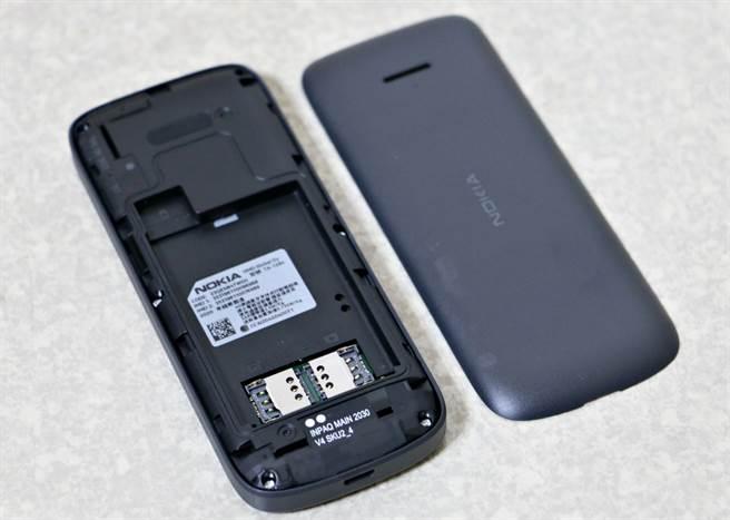 Nokia 215 4G採用电池可拆卸的设计,支援双SIM卡与microSD卡扩充(至高32GB)。(黄慧雯摄)