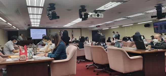 立法院社會福利及衛生環境委員會今天邀請勞動部等部會針對「如何具體防治職場霸凌及職場心理健康促進計畫執行成效」專題報告。(林良齊攝)