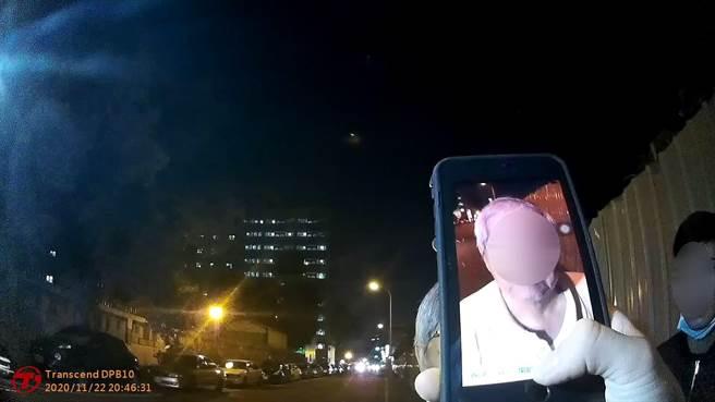員警現場以人臉辨識系統查詢出老翁身分及住處,順利將老翁送返家。(台中市三分局提供/馮惠宜台中傳真)