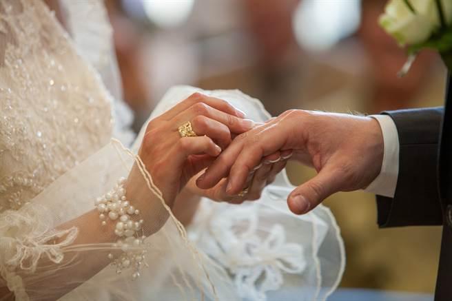 隨著時代改變,不少家庭由女性當家作主,不僅管得住錢也看得住丈夫。(示意圖/達志影像)