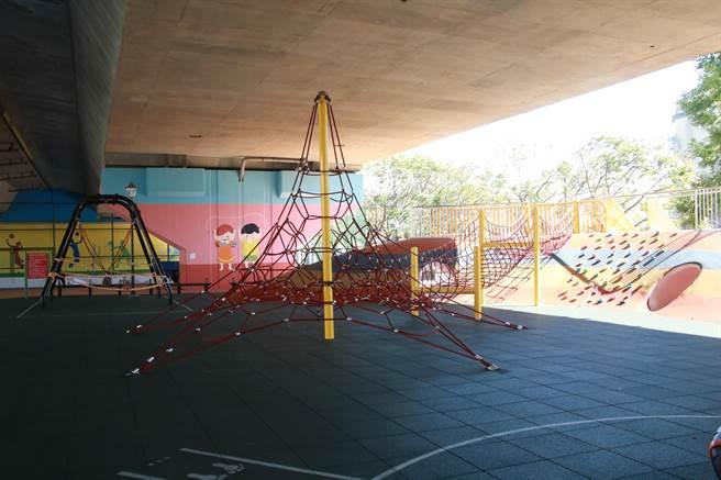 位於國道3號橋下舞動園區的遊戲場,成立以來廣受民眾歡迎,卻時常傳出大小朋友共玩時的受傷事件。(黃婉婷攝)