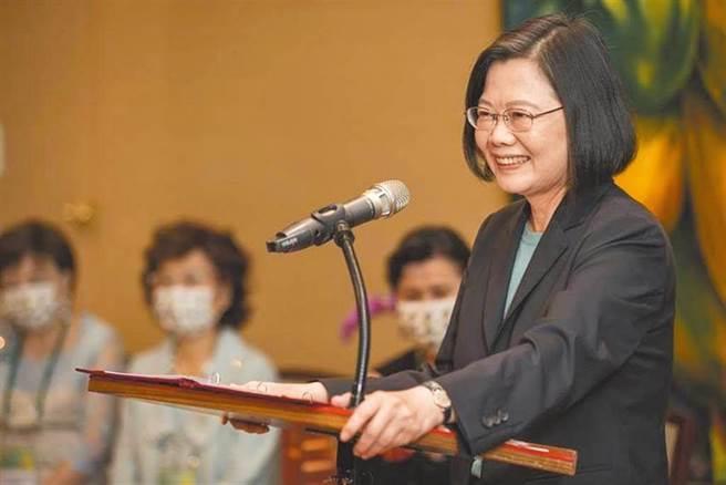 蔡英文總統今出席中常會前對於近日國內外情勢發表談話,總統提到最近國際情勢,台灣有三個良好基礎。(圖/總統府提供)