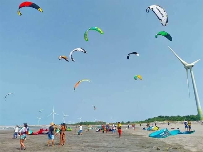 大安濱海樂園可欣賞風箏衝浪好手在海上的華麗英姿。(台中市觀旅局提供/王文吉台中傳真)