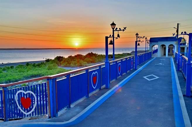 龍井麗水漁港自行車道呈現藍白交織的地中海風情。(台中市觀旅局提供/王文吉台中傳真)