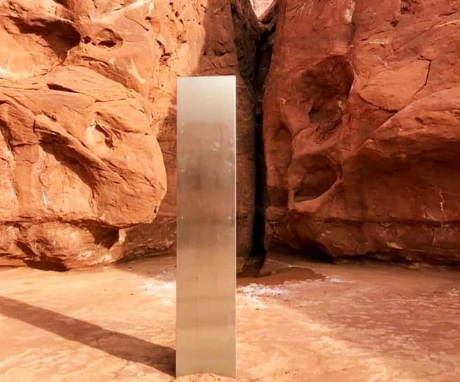 美國猶他州沙漠深處發現了一座神秘的高大金屬碑。(圖/路透社、猶他州公共安全部)