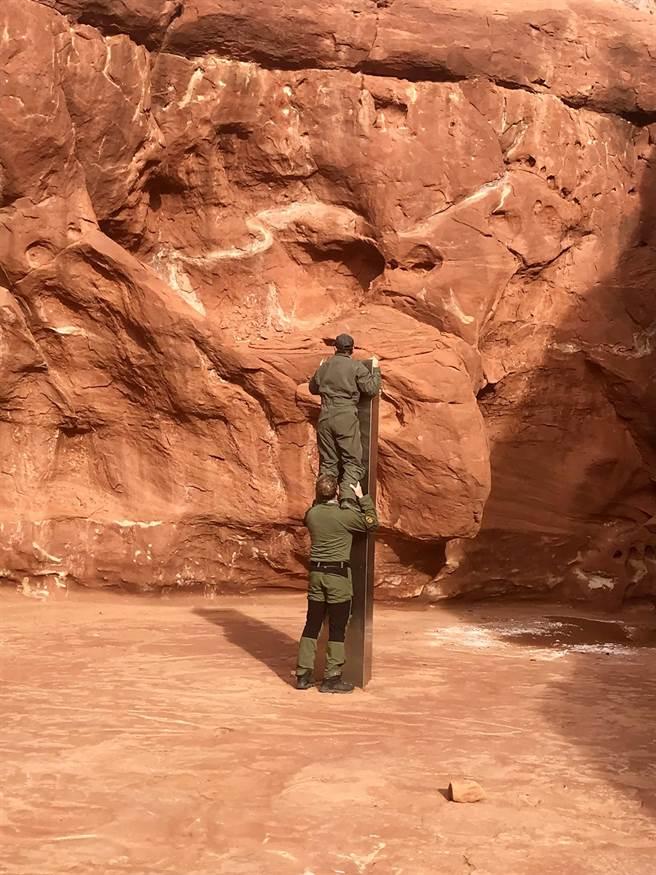美國猶他州沙漠深處的神秘高大金屬碑約是2個人高。(圖/美聯社、猶他州公共安全部)