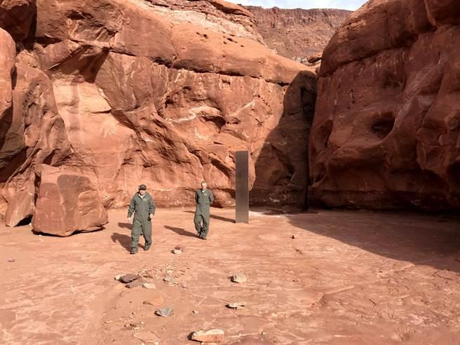 美國猶他州沙漠深處的神秘高大金屬碑。(圖/路透社、猶他州公共安全部)
