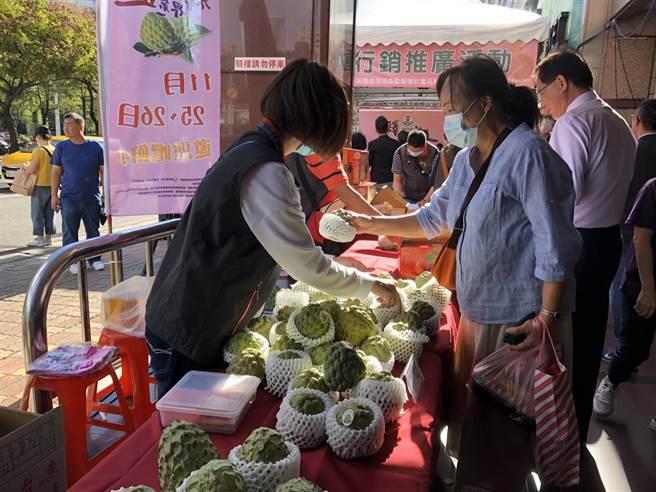 今明兩天「板農活力超市前廣場」舉辦「釋界第一迦」台東縣釋迦暨農特產品展售會。(新北市農業局提供)