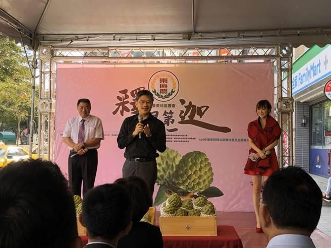 新北市農業局長李玟到場幫忙推廣台東釋迦。(新北市農業局提供)