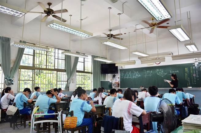 屏縣夏季教室炎熱問題有解,可望2022年初就能全面裝設冷氣。(林和生攝)