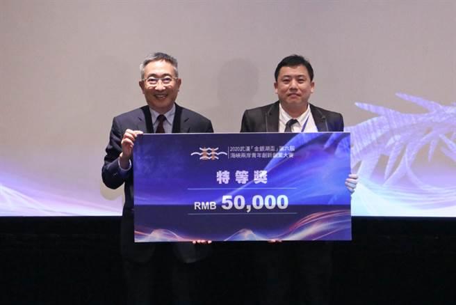 中國時報董事長暨發行人王丰為獲得特等獎的耀德生物團隊頒獎。(圖/時際創意傳媒提供)