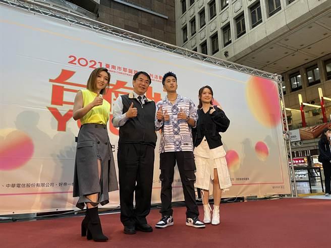 台南市長黃偉哲(左2)於25日邀請歌手閻奕格(左1)、婁峻碩(右2)、文蕙如(右1)到台北車站替台南耶誕系列活動做宣傳。(吳康瑋攝)