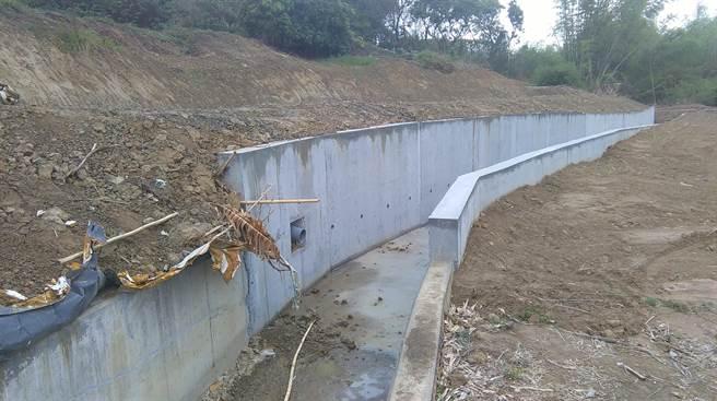 農民呼籲,趁一期稻作閒置期,一定要盡快修繕農水路。(南市府農業局提供/李宜杰台南傳真)