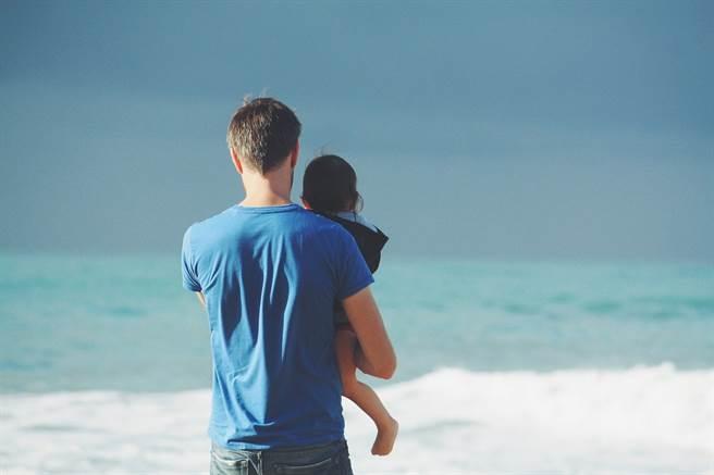 新手爸爸也會有產後憂鬱,男性通常比較沒有習慣向別人傾訴,卻一樣需要被關心需求。(示意圖/Pixabay)