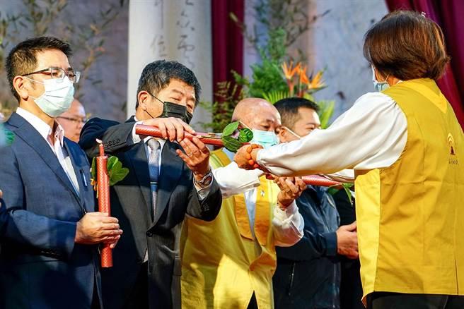 衛福部長陳時中(左二)晚上參加點燈祈福,盼人心能更安定。(李忠一攝)