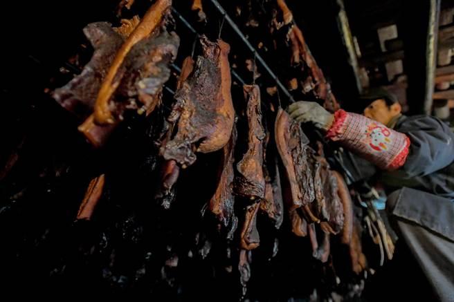 燻烤中的臘肉。(新華社資料)
