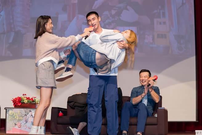 章廣辰一把抱起女同學。(TVBS提供)