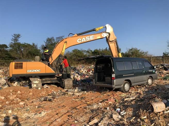 金門已「封場」多年的赤山垃圾場遭偷倒塑膠廢棄物,縣議員董森堡要求清除乾淨。(董森堡議員服務處提供)