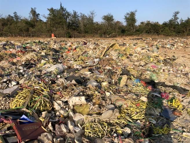 已停用多年的赤山垃圾場,遭偷倒大量塑膠廢棄物。(董森堡議員服務處提供)