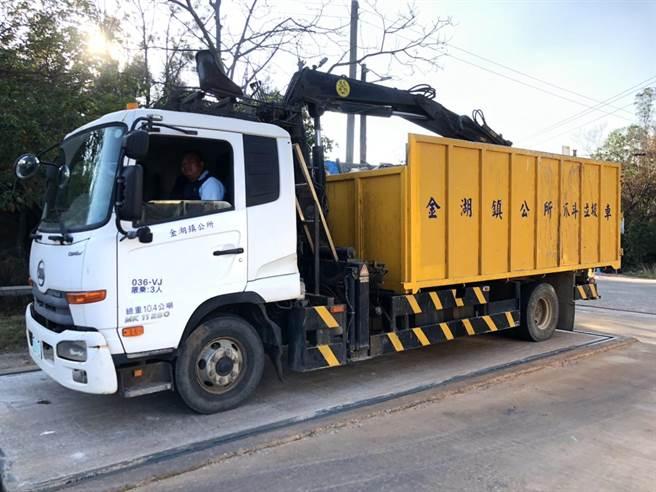 現場可見金湖鎮公所清潔車,環保局要求在本周內清運完畢。(董森堡議員服務處提供)