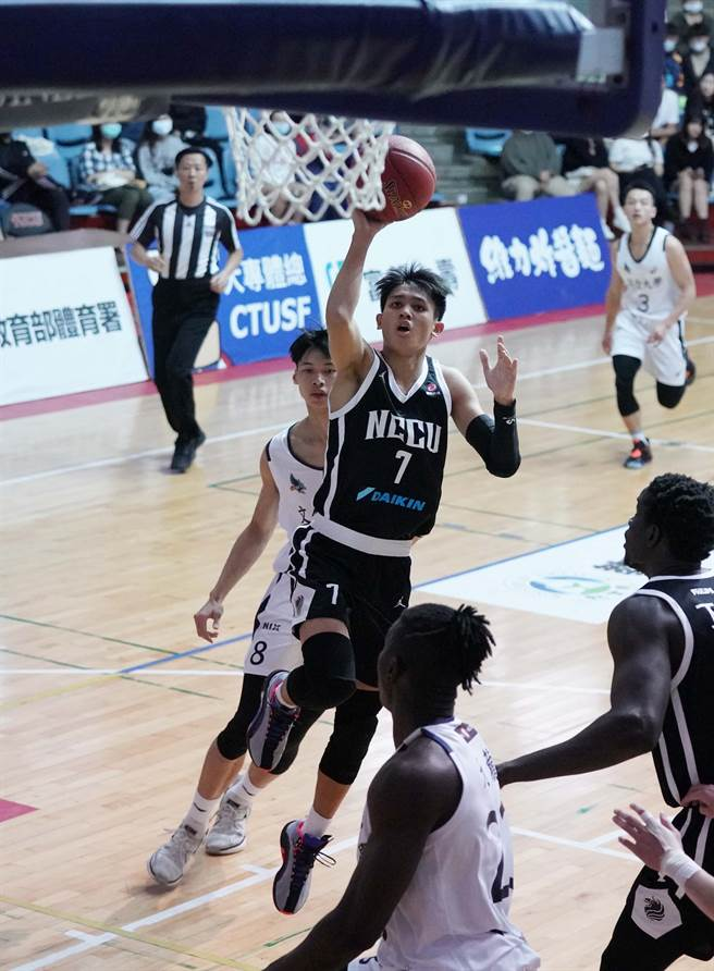 政大游艾喆(中)進入UBA後,努力找尋得分和傳球的平衡點。(大專體總提供)