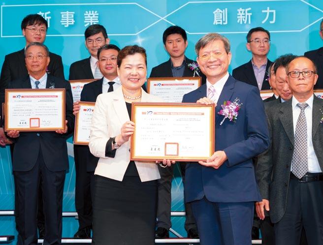 人工智能公司榮獲「中小企業創新研究獎」由董事長張榮貴(右)代表受獎,經濟部長王美花(左)親頒及肯定。圖/人工智能公司提供