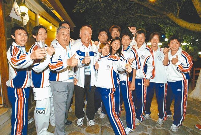 前台北市長黃大洲(左三)卸任後曾任中華台北奧會主席,圖為任奧會主席時率台灣健兒參加2004雅典奧運,創下2金2銀1銅至今台灣最佳成績。(時報出版提供)