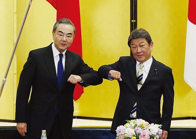 中國外交部長王毅訪日,聚焦經濟復甦。(美聯社)