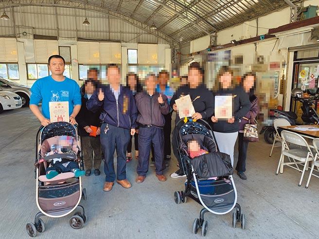 桶屍案主嫌徐德益(左一)在殘殺少女及土地掮客後,曾捐數萬元幫助老家里內中低收入戶,里長回贈「為善最樂」感謝狀。(民眾提供/王文吉台中傳真)