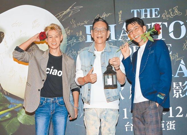 夏和熙(左起)、龍劭華、胡宇威昨一同到場,胡宇威搞笑用嘴咬玫瑰花。(盧禕祺攝)