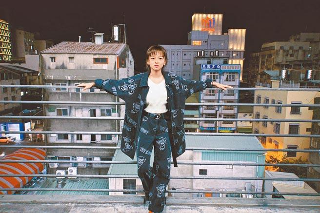 《孤味》孫女陳姸霏,穿上H&M玩具總動員聯名款。(H&M提供)