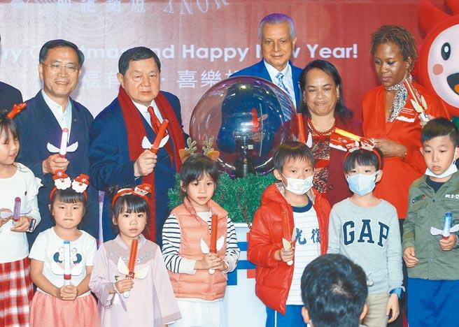 遠東集團董事長徐旭東(後排左2)昨晚邀嘉賓一起點亮「遠企耶誕樹」。(粘耿豪攝)