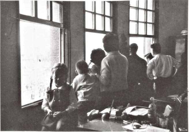 1965年觀看聖保羅號砲艇之拍攝。(左一面向鏡頭者為羅霈穎)
