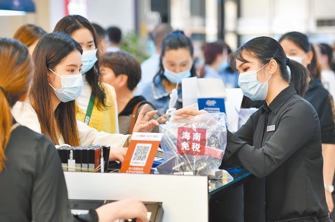 大陸全面小康後,購買力更強。圖為11月10日,消費者在海口日月廣場免稅店購物。(新華社)